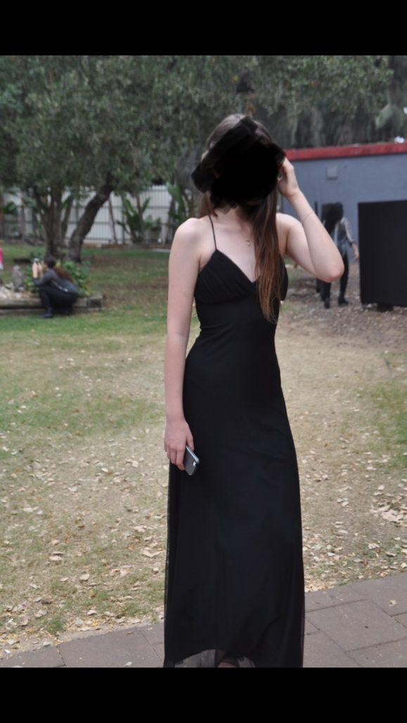 שמלת ערב שחורה מחמיאה, גזרת מקסי