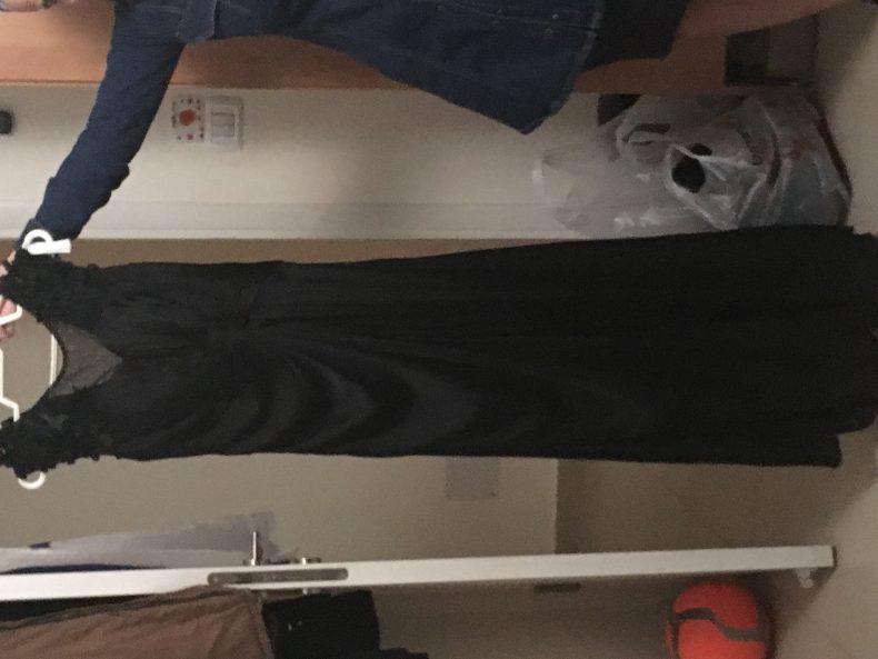 שמלה שחורה מעוצבת
