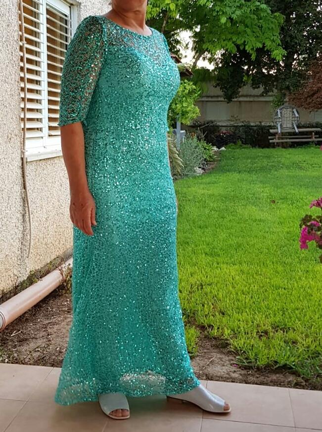 שמלת תחרה עם פייטים ייחודית ומרשימה. חגיגית במיוחד