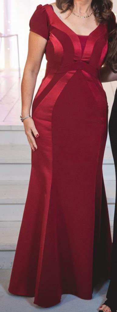 למכירה שמלת ערב מקסי יפהפיה , צעירה וסקסית בגוונים בורדו אדום. נלבשה ערב אחד בלבד