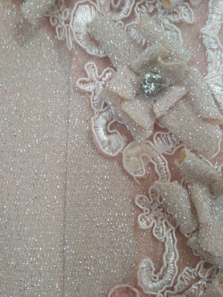 תמונות נוספות של שמלת ערב מעוצבת עם שובל